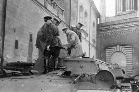 Главнокомандующий И.В. Сталин лично осматривает «Зверобоя» СУ-152
