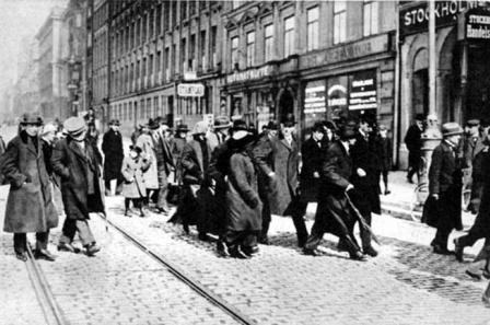 В.И. Ленин в Стокгольме с группой российских политических эмигрантов.