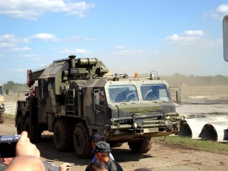 Военный кран на колесном ходу.