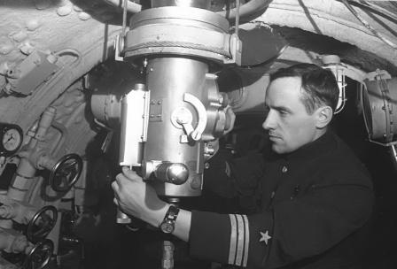 Командир подводной лодки К-3 капитан-лейтенант К.И. Малафеев у перископа