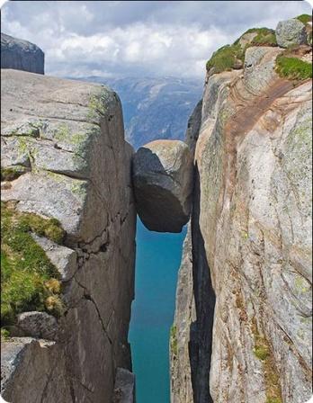 Тот же упавший в ущелье камень.