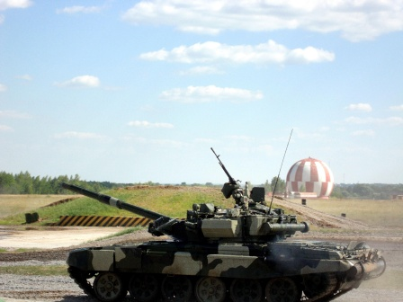 Танк Т-90 на фоне воздушного шара.