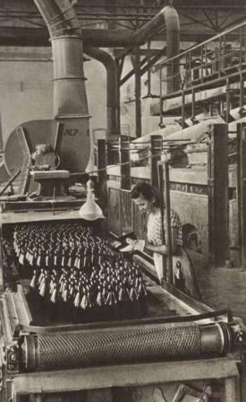 Работница завода. Фото СССР.