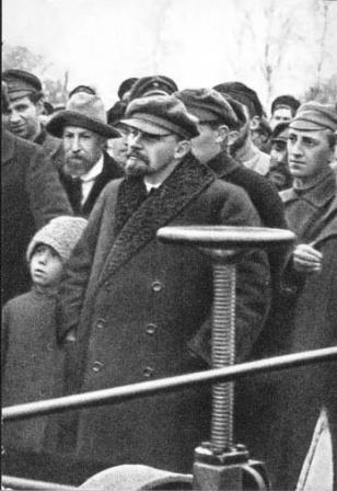 В.И.Ленин  на испытании первого советского  электроплуга в учебно-опытномном хозяйстве.
