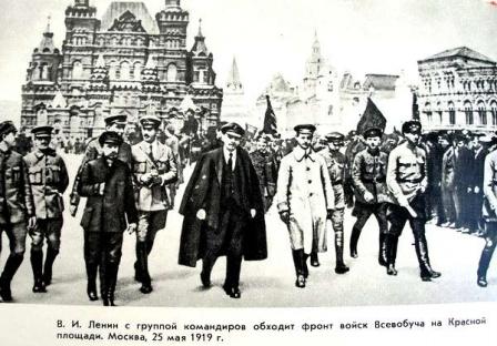 В.И. Ленин с группой командиров обходит фронт войск Всеобуча на Красной площади.