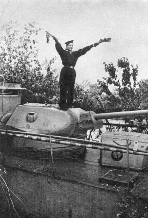 Сигнальщик бронекатера Днепровской флотилии передает сообщение