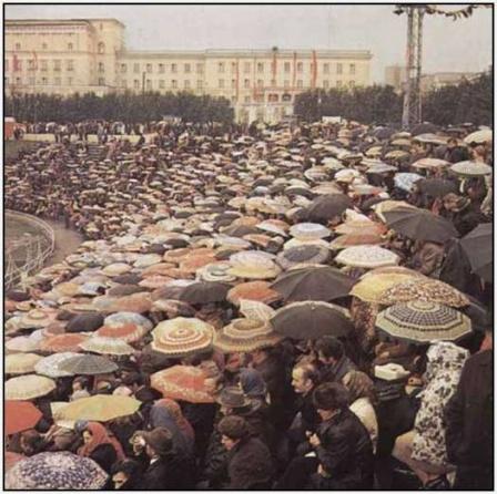 На футболе. Полный стадион под дождем. Футбол в СССР.