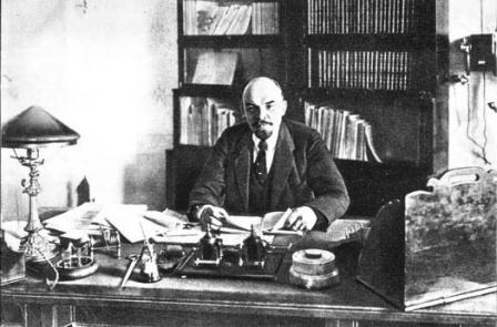 В.И.Ленин  в своем кабинете в Кремле.  Москва, октябрь 1918 г.