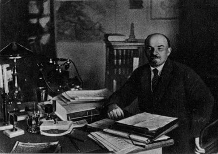 В своем кабинете в Кремле после выздоровления. 7 октября 1922 г.