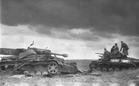 Советский легкий танк Т-70 проходит мимо уничтоженного немецкого среднего танка PzKpfw IV. Курская д