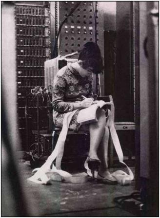 Девушка и старый ламповый компьютер?