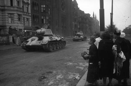 Советский танк Т-34-76 во взятом Берлине