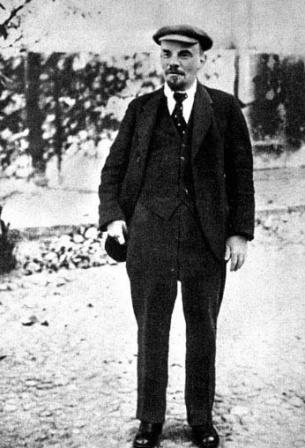 В.И.Ленин  на прогулке во дворе Кремля  по выздоровлении после ранения.  Москва, октябрь 1918 г.