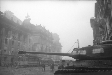 Тяжелый танк ИC-2 на фоне Рейхстага