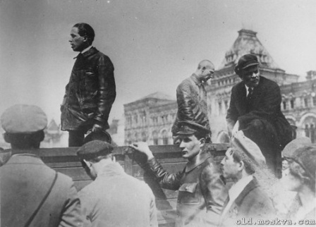 Ленин, залазиит в кузов грузовика, фото.