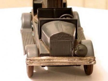 Тот же игрушечный автомобиль с пушкой, вид спереди.