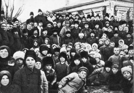 В.И.Ленин  и Н.К.Крупская в группе крестьян на   празднике, посвященном  открытию Кашинской  электро