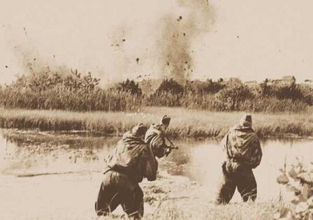 Русские разведчики с боем прорываются к своим.