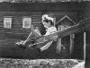 Деревянные качели. Фото из СССР.