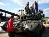 Танк на выставке. Дети исследуют танк.