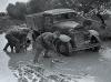 Советские солдаты вытаскивают грузовик из грязи